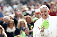 Papa Francesco tenta di prendere al volo un cappellino verde lanciato da un pellegrino al suo arrivo all'udienza generale del mercoledi' in Piazza San Pietro, Citta' del Vaticano, 26 aprile, 2017.<br /> Pope Francis trying to catch a green cap as he arrives to lead his Wednesday general audience in Saint Peter's squareat the Vatican, on April 26, 2017.<br /> UPDATE IMAGES PRESS/Isabella Bonotto<br /> <br /> STRICTLY ONLY FOR EDITORIAL USE