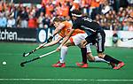BLOEMENDAAL   - Hockey - Jasper Brinkman (Bldaal) met Johannes Mooij (A'dam)  . 3e en beslissende  wedstrijd halve finale Play Offs heren. Bloemendaal-Amsterdam (0-3). Amsterdam plaats zich voor de finale.  COPYRIGHT KOEN SUYK