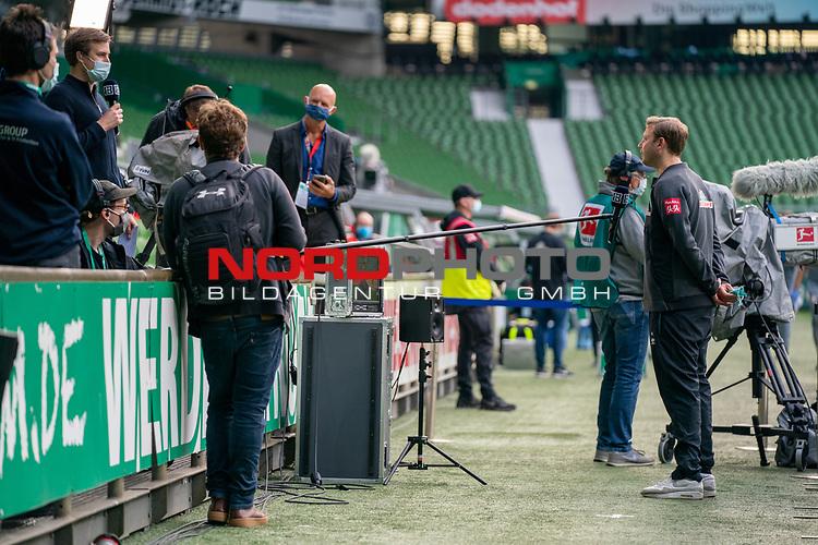 Florian Kohfeldt (Trainer SV Werder Bremen) im Interview mit Abstand <br /> <br /> Sport: Fussball: 1. Bundesliga: Saison 19/20: <br /> 26. Spieltag: SV Werder Bremen vs Bayer 04 Leverkusen, 18.05.2020<br /> <br /> Foto ©  gumzmedia / Nordphoto / Andreas Gumz / POOL <br /> <br /> Nur für journalistische Zwecke! Only for editorial use!<br />  DFL regulations prohibit any use of photographs as image sequences and/or quasi-video.