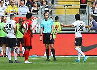 Schiedsrichter Sasche Stegemann entscheidet auf Elfmeter für Hertha - 21.04.2018: Eintracht Frankfurt vs. Hertha BSC Berlin, Commerzbank Arena