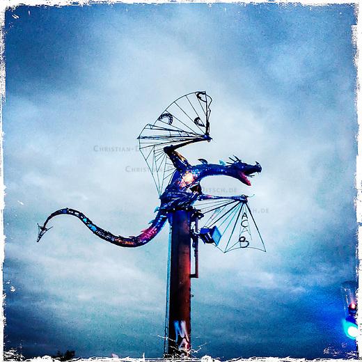 Fusion-Festival 2014 auf dem Gelaende des Kulturkosmos e.V. in Laerz/Mecklenburg-Vorpommern.<br /> Bis zu 65.000 Menschen kommen jaehrlich fuer 5-6 Tage  zur &quot;Fusion&quot; nach Laerz.<br /> Das linke Festival, was von den Besuchern und Machern scherzhaft auch als &quot;Ferienkommunismus&quot; bezeichnet wird, ist eine Mischung aus Techno-Dancefloors, Theater und Live-Auftritten von politischen Bands.<br /> Die Karten fuer dieses Festival sind nur ueber die Fusion-Internetseite per Losverfahren zu kaufen. Nur ca. jede dritte bis vierte Anmeldung fuer eine Karte hat Erfolg.<br /> Im Bild: Eine Drachen-Installation an einem der Dance Floors.<br /> 29.6.2014, Laerz<br /> Copyright: Christian-Ditsch.de<br /> [Inhaltsveraendernde Manipulation des Fotos nur nach ausdruecklicher Genehmigung des Fotografen. Vereinbarungen ueber Abtretung von Persoenlichkeitsrechten/Model Release der abgebildeten Person/Personen liegen nicht vor. NO MODEL RELEASE! Don't publish without copyright Christian-Ditsch.de, Veroeffentlichung nur mit Fotografennennung, sowie gegen Honorar, MwSt. und Beleg. Konto: I N G - D i B a, IBAN DE58500105175400192269, BIC INGDDEFFXXX, Kontakt: post@christian-ditsch.de<br /> Urhebervermerk wird gemaess Paragraph 13 UHG verlangt.]