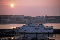 Europe/France/Bretagne/56/Morbihan/Quiberon/Port-Maria: Le port et le bateau pour Belle-île à l'aube
