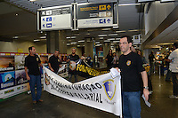 RIO DE JANEIRO, RJ, 08 AGOSTO 2012 - GREVE DA POLICIA FEDERAL - OPERACAO PADRAO NO AEROPORTO - Policiais Federais em greve realizam operacao padrao na tarde desta quarta feira, 08 de agosto, na Praca Maua, zona portuaria do rio.(FOTO: MARCELO FONSECA / BRAZIL PHOTO PRESS).