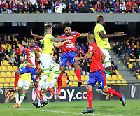 PASTO-COLOMBIA, 07-02-2020: Jeison Medina de Deportivo Pasto y Homer Martínez, Steve Makuka de Atlético Bucaramanga disputan el balón, durante partido de la fecha 4 entre Deportivo Pasto y Atlético Bucaramanga por la Liga BetPlay DIMAYOR I 2020 jugado en el estadio Departamental Libertad de la ciudad de Pasto. / Jeison Medina of Deportivo Pasto y Homer Martinez, Steve Makuka figth for the ball, during a match of the 4th date between Deportivo Pasto and Atletico Bucaramanga for the BetPlay DIMAYOR I Leguaje 2020 played at the Departamental Libertad Stadium in Pasto city. / Photo: VizzorImage / Leonardo Castro / Cont.