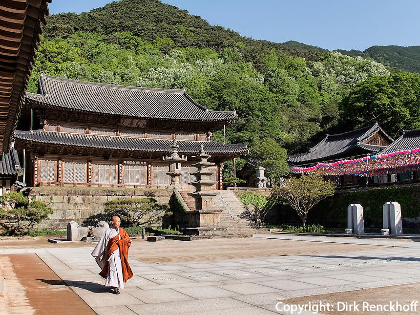 M&ouml;nch, buddhistischer Hwaeomsa Tempel in Jirisan Nationalpark, Provinz Jeollanam-do, S&uuml;dkorea, Asien<br /> monk, buddhist Hwaeomsa temple in Jirisan national park, province Jeollanam-do, South Korea, Asia