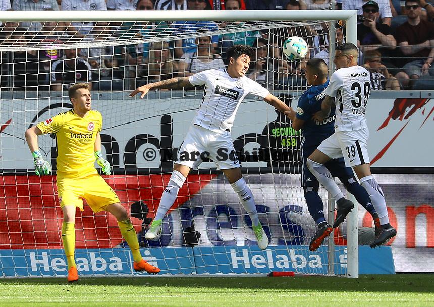 Kopfball Bobby Wood (Hamburger SV) gegen Carlos Salcedo (Eintracht Frankfurt) und Omar Mascarell (Eintracht Frankfurt) - 05.05.2018: Eintracht Frankfurt vs. Hamburger SV, Commerzbank Arena, 33. Spieltag Bundesliga