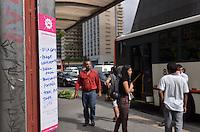 SAO PAULO, 13 DE MARCO DE 2013 - INTERVENCAO PONTO DE ONIBUS - Intervencao colaborativa foi feita em pontos de onibus da capital. Em um adesivo colado nos abrigos os próprios passageiros escrevem o itinerário dos onibus que passam pelo local. A ação busca, colaborativamente, ter a descrição das linhas de onibus nos pontos. Na foto, ponto de onibus da Avenida Paulista, visto na tarde desta quarta-feira, 13. (FOTO: ALEXANDRE MOREIRA / BRAZIL PHOTO PRESS)