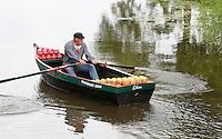 Nederland Edam 2015 07 22 .  Kaasmarkt in Edam . De kaasjes worden aangevoerd per boot