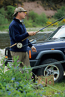 """Europe/Grande-Bretagne/Ecosse/Moray/Speyside/Spey River : Ian Gordon """"gilly"""" guide de pêche - Préparatifs pour la pêche au saumon à la mouche [Non destiné à un usage publicitaire - Not intended for an advertising use]"""