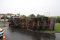 CAMPINAS, SP, 25.10.2018: ACIDENTE-SP - Um caminhão carregado com placas de madeira tombou na rodovia Dom Pedro I em Campinas, interior de São Paulo, na manhã desta quinta-feira (25). O caminhão estava na alça de acesso para o bairro Santa Candida, mas a carga desprendeu tombando a carreta. Não houve feridos. (Foto: Luciano Claudino/Código19)