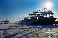 CTH: EUROPA, DEUTSCHLAND, HAMBURG 06.02.2012 CTA, Container Terminal Hamburg, Containerschiff, CMA CGM Gemini, Containerverladung, Laden, Loeschen, Container,  Lager, Logistik,  menschenleer, Container Hafen Hamburg, Elbe, Eisgang