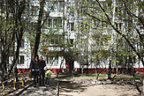 A family walks by along the 5-storage Soviet apartment blocks, so called Khrushchevka at Belyaevo district in Moscow. / Abrisspläne in Moskau 2017 für über 1 Million Menschen, Demolition plans in Moscow for over 1 Million people