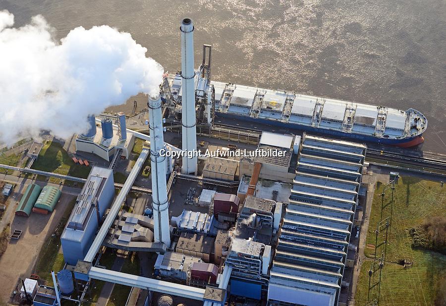 Heizkraftwerk Wedel: DEUTSCHLAND, SCHLESWIG HOLSTEIN, WEDEL, 26.12.2014: Ein Heizkraftwerk in Wedel, ein Frachter liefert Kohle für das Kraftwerk