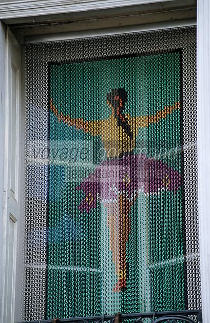 Europe/France/Languedoc-Roussillon/66/Pyrénées-Orientales/Céret: Détail habitat - Rideau représentant un danseuse de dos à la fenêtre d'une maison