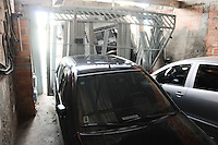 AMERICANOPOLIS, SP, 12 DE FEVEREIRO DE 2013 - COTIDIANO 2013 - CAMINHAO  X CASA - SP - Um caminhao de lixo perdeu o controle e invadiu uma casa na Rua Prof Iole Maria do Carmona n 48 no Bairro Americanopolis Santo Amaro, o gari que recolia o lixo ficou preso embaixo do caminhao o mesmo foi socorrido pelo Aguia 21 para o Hospital das Clinica em estado grave (FOTO: ADRIANO LIMA / BRAZIL PHOTO PRESS).