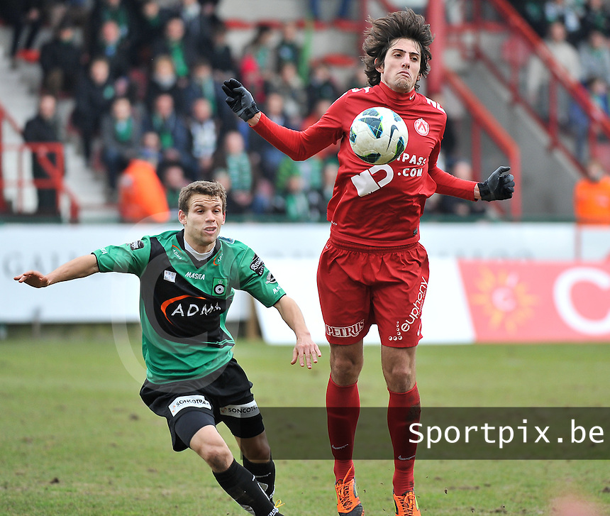 KV Kortrijk - Cercle Brugge : Pablo Chavarria aan de bal voor Lucas Van Eenoo (links).foto VDB / BART VANDENBROUCKE