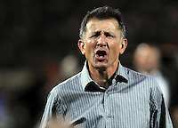 MEDELLÍN -COLOMBIA-16-04-2013. Juan Carlos Osorio, técnico de Nacional gesticula durante partido de la fecha 11 del la Liga Postobón 2013-1 realizado en el estadio Atanasio Girardot de Medellín./ Nacional's coach Juan Carlos Osorio gesdtures during match of the 11th date in the 2013-1 Postobon League at Atanasio Girardot stadium in Medellin.  Photo:VizzorImage/Luis Ríos/STR