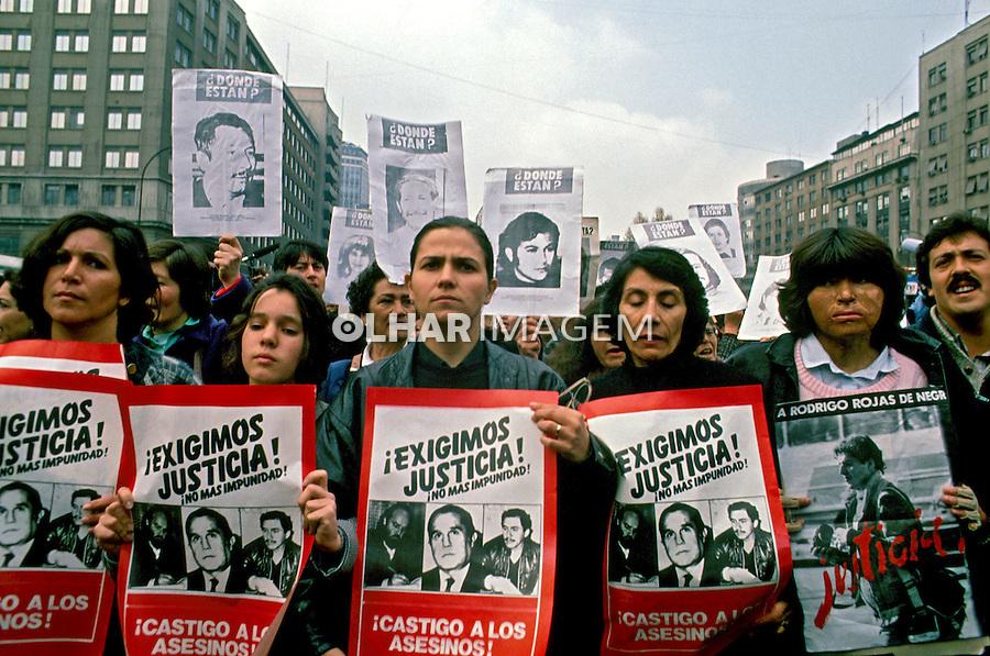 Manifestação das viúvas de desaparecidos pelo não à ditadura militar. Chile. 1988. Foto de Salomon Cytrynowicz.