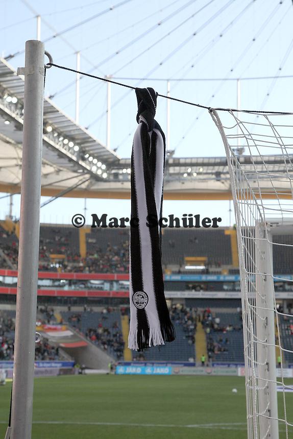 Eintracht Schal haengt am Tor vor der Eintracht Fankurve