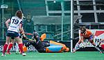 HUIZEN - Hockey - huizen scoort. Danique Visser (Bldaal) is verslagen.     .Hoofdklasse hockey competitie, Huizen-Bloemendaal (2-1) . COPYRIGHT KOEN SUYK