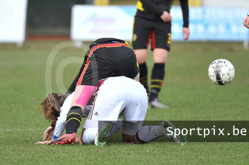 Russia U19 - Belgium U19 : Nicky Van den Abbeele op de rug van Anastasia Shevchenko.foto DAVID CATRY / Nikonpro.be