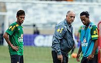 BELO HORIZONTE, MINAS GERAIS, 22 DE ABRIL 2013 - TREINO SELEÇÃO BRASILEIRA DE FUTEBOL - Neymar (e) Felipao (C) e Ronaldinho Gaucho (D) jogador da seleção brasileira de futebol durante sessão de treinamento na Minas Arena (Mineirão), na tarde desta terça-feira, 22. Amanhã o Brasil enfrenta o Chile no mesmo local. FOTO: WILLIAM VOLCOV / BRAZIL PHOTO PRESS.