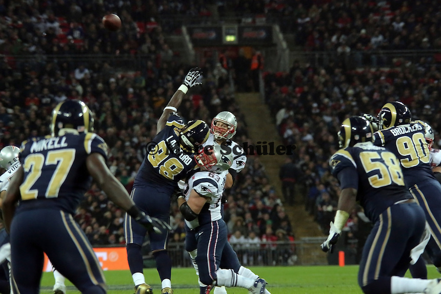 Pass von QB Tom Brady (Patriots), G Dan Connolly (Patriots) blockt DT Kendall Langford (Rams)