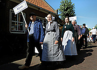 SPAKENBURG  -  Elk jaar vinden in de zomer de Spakenburgse Dagen plaats. Vier woensdagen met folkloristische activiteiten .In de  Optocht  lopen mensen mee in diverse klederdrachten uit Nederland. Op de voorgrond mensen in klederdracht uit Rijssen