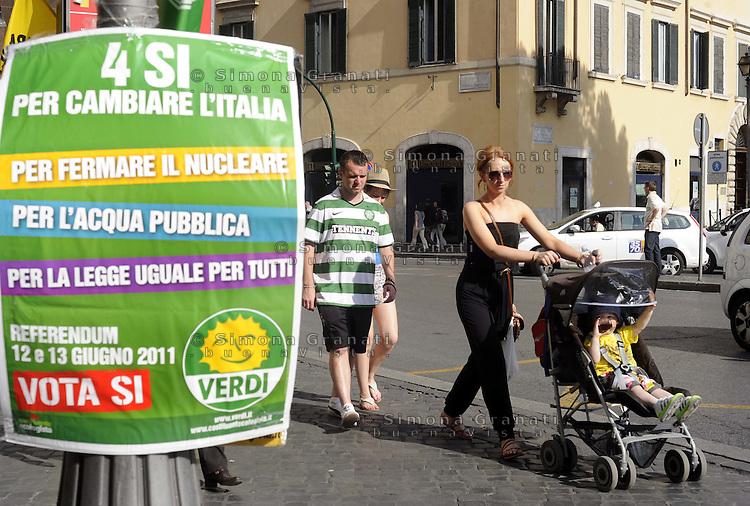 Roma, 9 Giugno 2011.Bandiere e banchetti informativi per il si ai 4 Referendum del 12 e 13 Giugno su acqua pubblica, nucleare e legittimo impedimento