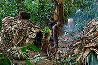 Scene at the camp. As opposed to the Bantus amongst whom polygamy is widespread and the extended family plays an essential social role, the family unit is quite close knit amongst the pygmies. At the camp, the couples are very solid and solidary. Before marriage, the youths are very free. In the village, the confrontation with the Bantu destabilizes the family. Alcohol, money and cheating perturb the people of the forest.///Scène au campement. Contrairement au peuple Bantou ou la polygamie est très répandu et ou la famille élargie joue un rôle sociale essentielle, la cellule familiale est très soudé chez les pygmées. Au campement, les couples sont très solides et solidaires. Avant le mariage, les jeunes sont très libres. Au village, la confrontation avec le modèle Bantou déstabilise la famille. Alcool, argent et tromperies perturbent le peuple de la forêt.