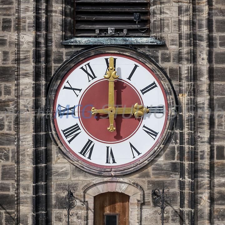 Die Turmuhr der St.Martinskirche in Amberg, Oberpfalz um 15:00 Uhr am Nachmittag