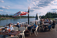 USA, Alaska, Terrasse des  Restaurant The Pumphouse in Fairbanks am Chena-River