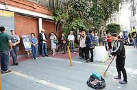ATENÇÃO EDITOR: FOTO EMBARGADA PARA VEÍCULOS INTERNACIONAIS. SAO PAULO, 07 DE OUTUBRO DE 2012 - ELEICOES 2012 - Funcionarios da Universidade Ibirapuera trabalham na limpeza de panfletos eleitorais jogados no chao na entrada da universidade, regiao sul da capital, no inicio da manha deste domingo (07). Ao fundo, fila de eleitores aguardam abertura para votacao. FOTO: ALEXANDRE MOREIRA - BRAZIL PHOTO PRESS