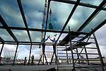 AMERSFOORT - Op bedrijvenpark Vathorst in Amersfoort werken medewerkers van Pleijsier Bouw aan een nieuwe glasserre op het dak van het nieuwe kantoor voor Extron Europe. Met het nieuwe door Buro te Duits uit Kortenhoef ontworpen pand, hoopt het bedrijf dat gespecialiseerd is de distibutie van verbindingsmateriaal voor professionele audio en video systemen, haar werkterrein met een oppervlakte van 25.000 m2 te vergroten. Bedrijvenpark Vathorst is 45 hectare groot, waarvan 33 bestemd is voor bedrijvigheid, en inmiddels ruim 11ha hectare is verkocht.COPYRIGHT TON BORSBOOM