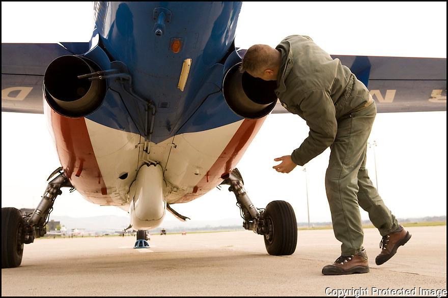 -2008- Salon-de-Provence- Vérification et entretien des Alphajet avant le vol.