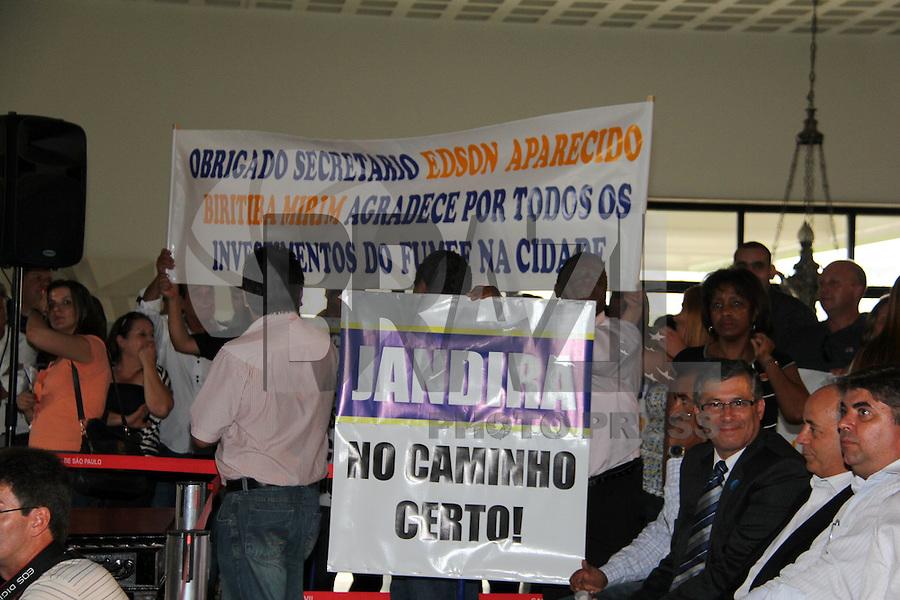 SAO PAULO, SP, 18 JANEIRO 2012 - Moradores usam faixas para se manifestar, durante anuncio de investimentos do Fumefi nos municipios de Jandira, Mairipora, Biritiba Mirim, Embu-Guaçu, Cotia e Caieiras no Palacio dos Bandeirantes na regiao sul da capital paulista na tarde dessa quarta-feira, 18. FOTO: MILENE CARDOSO - NEWS FREE.