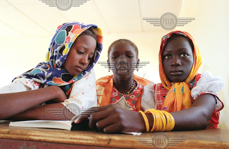 ©Crispin Hughes/Panos Pictures..MALI Bourem..Class in  Taboye school, which has received support from local NGO  (non governmental organisation) ADESAH....