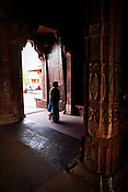 An Indian woman walks into the Fatehpur Sikri Palace Complex in  Fatehpur Sikri, close to Agra, Uttar Pradesh in India. Photo: Sanjit Das/Panos pour Le Point