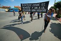 Bergarbeiterstreik in Spanien.<br />Am 5. Juli 2012 erreichten 200 Bergarbeiter mit dem &bdquo;Marcha Negra&ldquo; (der Schwarze Marsch) nach 14 Tagen und 381,7 Kilometer Marsch die Ortschaft Sanchidrian in der Provinz Avila. Am 11. Juli 2012 wollen die Mineros in Madrid eintreffen und vor das Wirtschaftsministerium gehen.<br />Mit dem Marcha Nagra und dem seit Mai andauernden Streik der Mineros soll die Regierung gezwungen werden, die Kuerzung von 64% der Bergbaufoerderung zurueck zu nehmen. Die Kuerzung bedeutet das Aus fuer den spanischen Bergbau und tausende Bergarbeiter sind von Arbeitslosigkeit bedroht.<br />Im Bild: Kollegen der Mineros vom Marcha Negra warten in Sanchidrian auf die Ankunft des Marsches.<br />5.7.2012, Sanchidrian/Spanien<br />Copyright: Christian-Ditsch.de<br />[Inhaltsveraendernde Manipulation des Fotos nur nach ausdruecklicher Genehmigung des Fotografen. Vereinbarungen ueber Abtretung von Persoenlichkeitsrechten/Model Release der abgebildeten Person/Personen liegen nicht vor. NO MODEL RELEASE! Don't publish without copyright Christian-Ditsch.de, Veroeffentlichung nur mit Fotografennennung, sowie gegen Honorar, MwSt. und Beleg. Konto:, I N G - D i B a, IBAN DE58500105175400192269, BIC INGDDEFFXXX, Kontakt: post@christian-ditsch.de.<br />Urhebervermerk wird gemaess Paragraph 13 UHG verlangt.]
