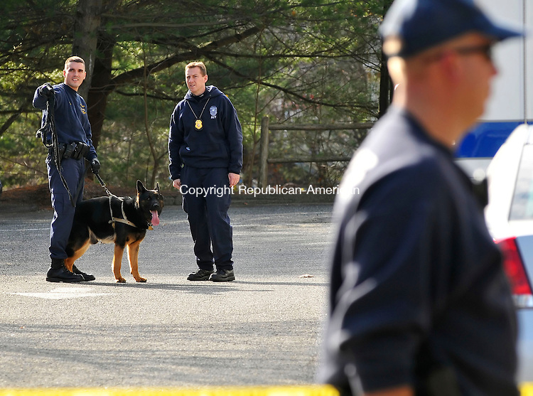 TORRINGTON, CT-17 NOVEMBER 2009-111709JS04-Torrington police, along with the help of a State Police canine unit, investigate a robbery at  the Northwest Community Bank on Winsted Road in Torrington on Tuesday. <br /> Jim Shannon Republican-American