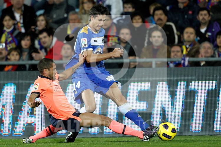 GETAFE, Madrid (07/11/2010).- Spanish League match Getafe vs Barcelona. FC Barcelona's Daniel Alves and Getafe's Manu del Moral...Photo: Cesar Cebolla / ALFAQUI