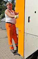 Reportage Journal - Unterwegs mit den Männern von der Abfallentsorgung - im Bild: auf zum nächsten Container -  Lader Ralf Zabel auf seinem Tritt am Fahrzeugheck . Foto: Norman Rembarz..