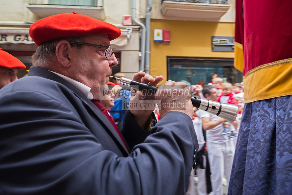 Espagne, Navarre, Pampelune: Fêtes de San Fermín,  Musicien   lors de la procession de Géants est organisée à travers les rues de la ville //    Spain, Navarre, Pamplona:  Festival of San Fermín, Musician during the Parade of Giants and Big-heads, San Fermín street-partying,