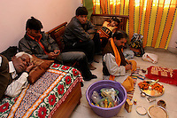 06.12.2008 Delhi(Haryana)<br /> <br /> Different occupations during the puja preparation(bride) with the priest.<br /> <br /> Differentes occupations pendant la préparation de la puja(mariée) avec le prêtre.