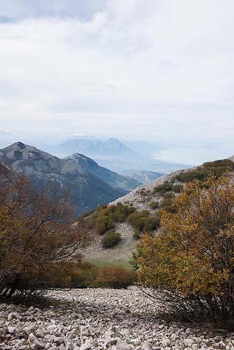 Sicile, Italie, Oct 2015. Parc Naturel de Madonies. Au fond, vue sur la cote nord sicilienne.