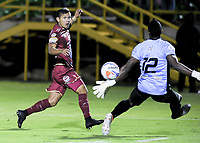 TUNJA - COLOMBIA, 08-09-2018: Rafael Carrascal jugador de Deportes Tolima dispara para anotar un gol a Boyacá Chicó FC durante partido por la fecha 9 Liga Águila II 2018 realizado en el estadio La Independencia en Tunja. / Rafael Carrascal player of Deportes Tolima kicks the ball to score a goal to Boyaca Chico FC during match for the date 9 of Aguila League II 2018 played at La Independencia stadium in Tunja. Photo: VizzorImage / Cristian Alvarez / Cont