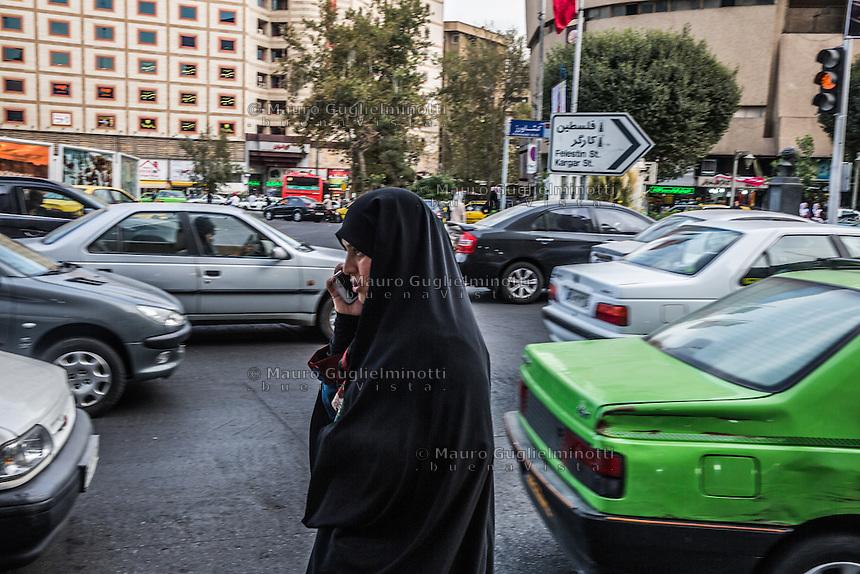 traffico per le vie di Teheran, Teheran traffic, una donna in chador telefona