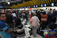 SAO PAULO, SP, 19-06-2012, FILAS CHEK-IN.  Devido a voos cancelados pelo mal tempo no sul do Brasil, alguns voos foram cancelados, as filas no check-in ficaram enormes no aeroporto de Congonhas.  Luiz Guarnieri/ Brazil Photo Press.