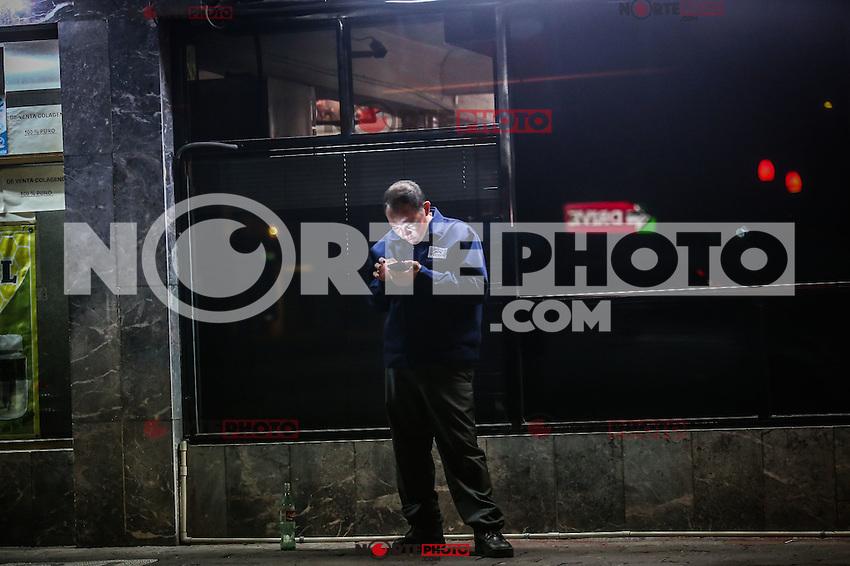 Una persona se detiene al otro lado de la acera de un negocio de cafe para tomar la señal de wifi en su celular. Muchas personas acceden a la red de esta forma