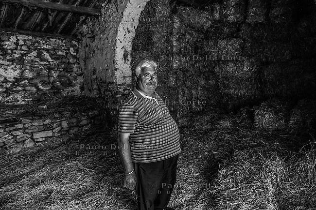Montegrosso (BA) - La masseria di Teresa Tesse dove si producono formaggi di pecora. Nella foto Alessandro, amico e collaboratore di Pietro Zito. Si occupa della pulitura delle verdure.